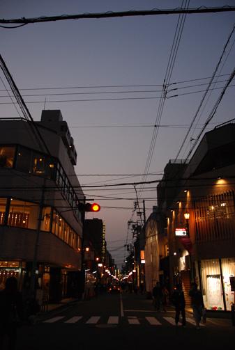 夕闇迫るオレンジストリート