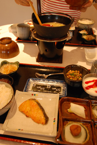 真ん中の鍋は味噌汁です